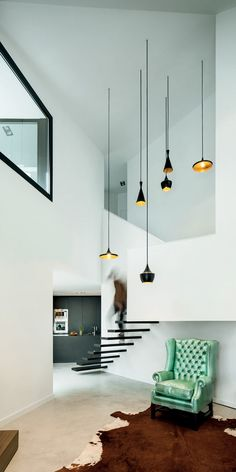Betonvloer, zwarte keuken en wat een ruimte! Beat Lamps van Tom Dixon maken het af.  House AT - Mirag Millet Ramoneda
