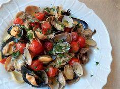 スパゲッティ・アッロ・スコーリオは あさりやムール貝など貝がたっぷりの海の香りのパスタです。プチトマトを丸のまま豪快に加えて南イタリア風。一口食べると潮騒の音が聞こえてきそうです。