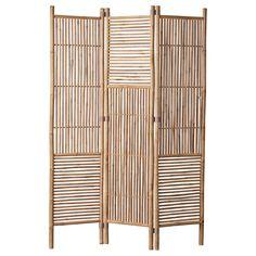 Denna unika skärmvägg är tillverkad av bambu och kan användas både inomhus och utomhus. Skärmväggen är naturfärgad, har måtten L 135 x B 3 x H 185 cm och ingår i serien Mandisa. Mandisa är en 100% ekologisk och hållbar möbelserie där varje artikel är handgjord i bambu av högsta kvalitet. Så piffa upp altanen med en snygg skärmvägg eller bjud in naturen i hemmet och låt skärmväggen bli ett fint inslag i din inredning.