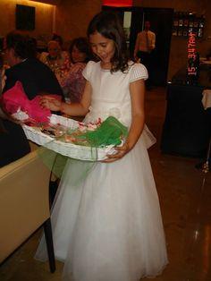Teresa con la cesta de galletas de comunión para sus invitados. Un regalo muy dulce!!