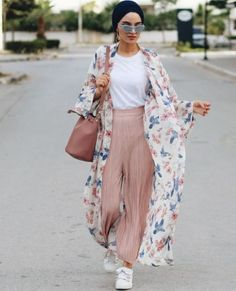 Floral kimono-Modest Summer Fashion Trends You Nee. Hijab Fashion Summer, Modern Hijab Fashion, Hijab Fashion Inspiration, Summer Fashion Trends, Muslim Fashion, Kimono Fashion, Modest Fashion, Fashion Ideas, Islamic Fashion