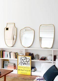 Accrochés au mur ou simplement déposés sur le mobilier, on aime l'accumulation de miroirs.