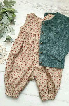 Handgefertigter Vintage Style Floral Strampler - The most beautiful children's fashion products Fashion Kids, Little Girl Fashion, Vintage Kids Fashion, Vintage Children, Trendy Fashion, Classic Fashion, Fashion Games, Vêtement Harris Tweed, Vintage Outfits