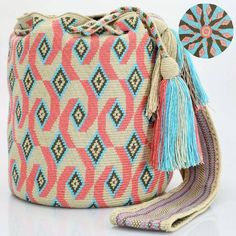 Just Wayuu ( Tapestry Bag, Tapestry Crochet, Crochet Motif, Bead Loom Patterns, Crochet Patterns, How To Make Handbags, Crochet Purses, Knitting Accessories, Poufs