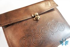 Doctor Who Gallifreyan iPad case. Quite possibly sexier than the iPad? Doctor Who, Doctor Names, Geek Crafts, Geek Chic, Tardis, Ipad Case, Leather Case, Geek Stuff, Purses