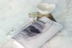 Bolso de piel blanco con ilustración estampada