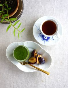 Green smoothie, fresh prunes and a cup of tea - Fit & Healthy - Juice Healthy Juices, Healthy Tips, Hello Tuesday, Juice Cup, Royal Copenhagen, Food Styling, Tea Cups, Juice Recipes, Fresh Green