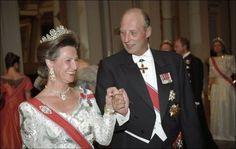 OPP- OG NEDTURER: Kong Harald overrasket alle med å omtale turbulensen i ekteskapet i en tale i sitt eget sølvbryllup. Her danser han med sin kone dronning Sonja Foto: Scanpix