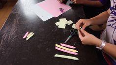 Origami çiçek nasıl yapılır, gelin kıza videomuzda öğrenin. 10marifet.org'da kağıt işleri de var ve daha birçok güzel el işi ve hobi tekniği.