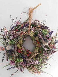 – Du er på rett sted om jul krans låve Her tilbyr vi deg mest mulig … Dried Flower Wreaths, Dried Flowers, Tree Branch Decor, Deco Floral, Seasonal Flowers, Wreath Crafts, Nature Decor, Summer Wreath, How To Make Wreaths