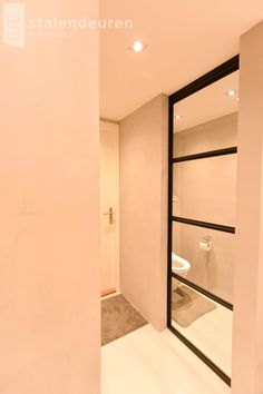 Stalen schuifdeur voor in de badkamer #interieur #stalendeuren ...