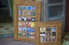 """Coleção de """"bolachas"""" de cerveja emolduradas."""