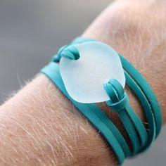 sur Etsy, chez the rubbish revival https://www.etsy.com/fr/listing/159563284/verre-de-mer-cuir-enveloppement-bracelet #seaglassbracelet