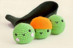 """Guisantes """"Peas in a Pod"""" Amigurumi - Patrón Gratis en Español aquí: http://mispequicosas.blogspot.com.es/2013/11/amigurumi-guisantes-patron.html"""