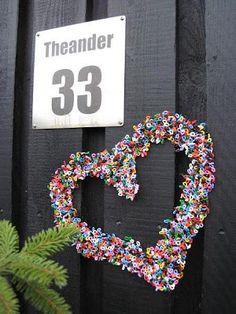 Vi trengte litt ny dekorasjon til skruen ved inngangsdøren. Stjernen fra …- V … Hama Beads Design, Hama Beads Patterns, Beading Patterns, Diy Christmas Presents, Christmas Wreaths, Christmas Crafts, Xmas, Bead Crafts, Diy And Crafts