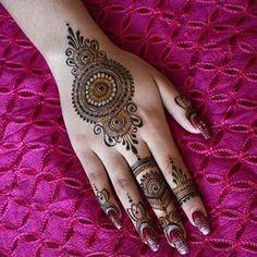 Henna by @hennabymansi New Simple Mehndi Designs, Round Mehndi Design, Back Hand Mehndi Designs, Finger Henna Designs, Indian Mehndi Designs, Mehndi Design Pictures, Wedding Mehndi Designs, Mehndi Designs For Fingers, Beautiful Henna Designs