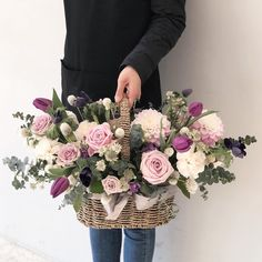 I want this superb photo Basket Flower Arrangements, Silk Flower Arrangements, Easter Flowers, Spring Flowers, Flower Basket, Flower Boxes, Silk Flowers, Beautiful Flowers, Flower Festival