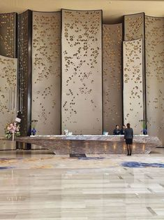 Sheraton Hotel Nansha Main Lobby Reception by HBA Design – H Team Empfang in der Hauptlobby des Sheraton Hotel Nansha durch das HBA Design – H Team Design Entrée, Deco Design, Design Case, Design Ideas, Design Trends, House Design, Reception Desk Design, Lobby Reception, Office Reception