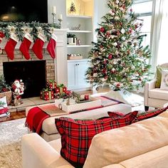 Looking for for inspiration for farmhouse christmas tree? Check this out for perfect farmhouse christmas tree inspiration. This unique farmhouse christmas tree ideas seems totally excellent. Christmas Interiors, Christmas Bedroom, Christmas Mood, Rustic Christmas, White Christmas, Pottery Barn Christmas, Christmas Mantels, Traditional Christmas Decor, Christmas Ideas
