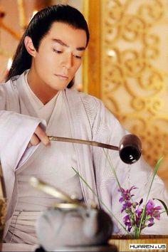 Speechless.....Wallace Huo (Huo Jian Hua) in Journey of Flower. 惊为天人的眉宇面貌间掩不住的清高傲岸,略有些单薄的唇比常人少了些血色,眉间是殷红色的掌门印记,淡然而带着冰冷的目光,流泄如水如月华...(花千古小说对白子画的外貌描写)