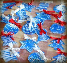 Toto zimní tvoření je vhodné i pro nejmenší děti. Potřebujeme inkoust, zmizík a tvrdý papír. Papír potřeme inkoustem. Počkáme až zaschne a můžeme tvořit. Necháme děti malovat zmizíkem do inkoustu. Můžeme si vyrobit pěkné vánoční dekorace, ozdoby na stromeček, jmenovky na dárky nebo sněhové vločky do oken. Geniální zejména v tom, že děti zůstanou čisté neb zmizík není vidět:).: Chrismas Crafts For Kids, Christmas Paper Crafts, Handmade Christmas, Christmas Ornaments, 2 Advent, Diy And Crafts, Arts And Crafts, Christmas Mood, Xmas Decorations