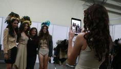 Las modelos se toman fotos tras bastidores. Revista Ellas