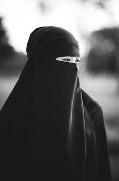 while in Bangladesh I was holding a baby in a shop when all at once two muslim women dressed just like this walked in. The baby reached out to the one who was its mom. I was so amazed that the baby new its mom just by her eyes! Hijab Niqab, Muslim Hijab, Mode Hijab, Arab Girls Hijab, Muslim Girls, Muslim Women, Niqab Fashion, Muslim Fashion, Islamic Fashion