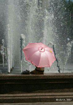 pink umbrella in the rain Pink Umbrella, Umbrella Art, Under My Umbrella, Walking In The Rain, Singing In The Rain, Photo Oeil, Color Splash, Color Pop, Pink Color
