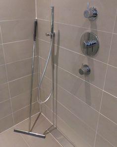 Dit ontzettend moderne douche planchet heeft een geïntrigeerde raam ...