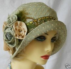 Vintage Inspired Green Brocade Cloche Hat Flapper- I love this green hat and would wear it now. Just so lovely! Robes Vintage, Vintage Outfits, Vintage Fashion, Victorian Fashion, 1930s Fashion, Vintage Shoes, Fashion Fashion, Moda Vintage, Sombreros Cloche