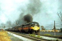 Tren número 6 con dos relucientes locomotoras en el esquema de pintura original de fábrica, EMD GM FP-7 A la primera y otra unidad de características similares tipo B. Donde ambas aportaban 3,000 HP, equipadas con generador de vapor. Siendo estas locomotoras de las 13 adquiridas por N de M en 1951.