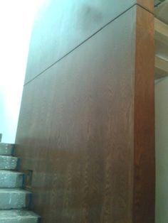 Escalera y muros  forrados de madera