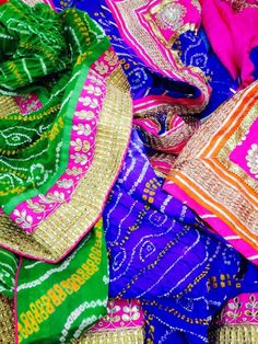 Bandhani is traditional, colorful and makes you look super beautiful :) Indian Dresses, Indian Outfits, Indian Clothes, Bandhini Saree, Indian Colours, Desi Wear, Glamorous Wedding, Indian Ethnic, Indian Sarees