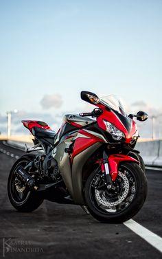 Honda Sport Bikes, Yamaha Motorcycles, Moto Bike, Motorcycle Bike, Moto Wallpapers, Ninja Bike, Cb 1000, Honda Cbr 1000rr, Bike Pic