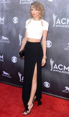 Tay levou o cropped para o tapete vermelho - e, junto com ele, duas outras tendências: preto e branco + fenda. Ela não ficou superchique com a saia longa?