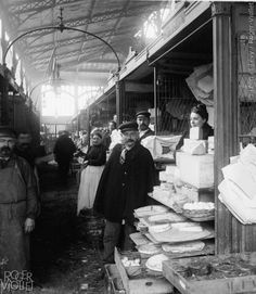 Vente au détail de beurre et de fromages aux Halles centrales de Paris. Vers 1900. Détail d'une vue stéréoscopique.