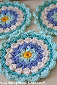 't Busy Bijtje Tutorial floral crochet coasters - pattern in dutch Mandala Au Crochet, Crochet Circles, Crochet Motifs, Crochet Dishcloths, Crochet Squares, Crochet Doilies, Crochet Flowers, Crochet Stitches, Crochet Patterns