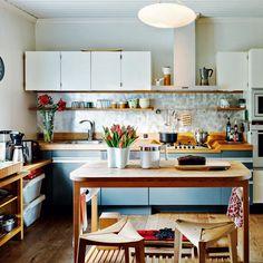 Joulupuuro valmistetaan kaasuliedellä. Hienopuuseppä Petri Koivusipilä on suunnitellut ja tehnyt keittiön. | PUNAISEN TUVAN JOULU | Koti ja keittiö