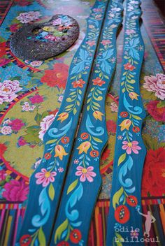 Painted Chairs, Hand Painted Furniture, Painted Doors, House Painting, Painting On Wood, Painting & Drawing, Folk Art Flowers, Flower Art, Caravan Decor