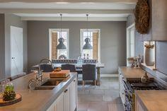 Keuken met prachtige Bourgondische Dallen van Chateau Carreau (type: Calais). 1 cm dikke cement-gebonden Dallen in wildverband.