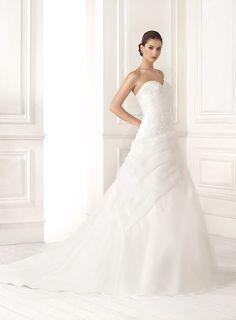 Abito da sposa con il corpetto lungo prezioso e la gonna in organza presso Bride Project Buttrio www.brideproject.it