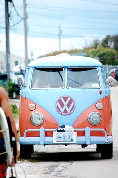 When I'm old I will own a Volkswagen bus that is orange and white I promise Volkswagen Transporter, Volkswagen Bus, Vw T1, Vw Camper Bus, Vw Caravan, Campers, Location Camping Car, Vw Camping, Honda Shadow