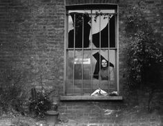 A woman peers through a shattered window in Holloway prison after an explosion caused by suffragettes trying to blow the jail up. 28 Powerful Pictures Of Women Fighting For Their Right To Vote Les Suffragettes, Holloway Prison, Powerful Pictures, Broken Window, Right To Vote, Old London, Vintage London, Edwardian Era, Women In History