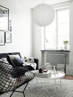 Tout en simplicité et en contraste, les accessoires décoratifs apportent une touche féminine dans...