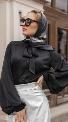 Grace Kelly Style, Satin Bluse, Cooling Scarf, Headscarves, Hermes Paris, Bow Blouse, How To Wear Scarves, Bandanas, Silk Scarves