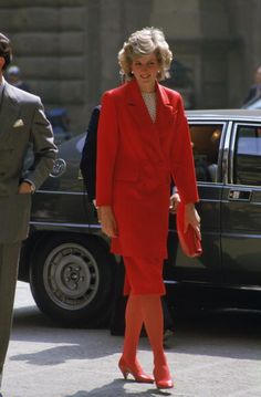 Princess Diana Fashion, Princess Diana Pictures, Lady Diana Spencer, Prince And Princess, Princess Of Wales, Isabel Ii, Red Suit, Glamour, Belle Photo