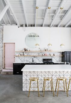 Chic and modern kitchen + bright white kitchen style with deco modern inspiration + gold accents + pink door + white marble Home Interior, Interior Design Kitchen, Interior Decorating, Interior Modern, Decorating Kitchen, Coffee Shop Interior Design, Kitchen Decorations, Design Bathroom, Modern Furniture