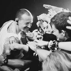 Da Katy Perry a Paul Stanley, dai One Republic a Ryan Adams: ecco il cordoglio delle star su Twitter per l'improvvisa morte di Chester Bennigton, frontman dei Linkin Park