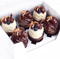We're going from the movies, I've been losing weight so vitally … - Cupcake Decoration Ideen Mini Desserts, Just Desserts, Delicious Desserts, Yummy Food, Mini Cakes, Cupcake Cakes, Cupcake Recipes, Dessert Recipes, Fingerfood Party