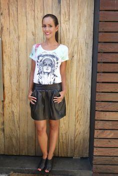look-camiseta-india-dudabella-saia-couro-1